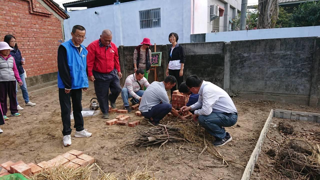 簡志偉與社區小朋友一起堆砌火箭爐煮食。記者卜敏正/攝影
