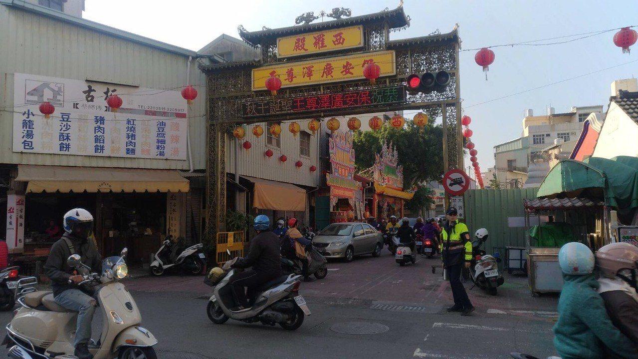 台南市中西區廟會活動加上元旦連假,警方提醒用路人盡量避開管制路段且遵守各路口交整...