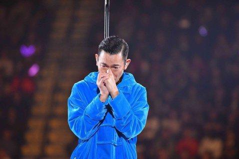 劉德華(華仔)由於喉嚨發炎,28日緊急中止演唱會,在台上落淚向觀眾鞠躬道歉,表示:「醫生建議我不要再唱,但我真是不捨得。」更不想在歌迷面前呈現出不及格的演出,令人心疼。29日他的所屬公司發表聲明,取...
