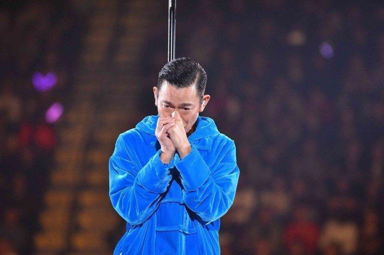 劉德華28日因為喉嚨發炎中止演唱會,當場落淚鞠躬道歉。圖/台灣映藝提供