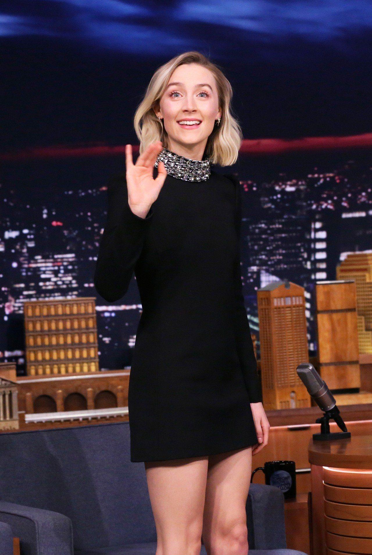 瑟夏.羅南以黑色綴飾CELINE高領洋裝穿出高貴優雅的氣質。圖/CELINE B...