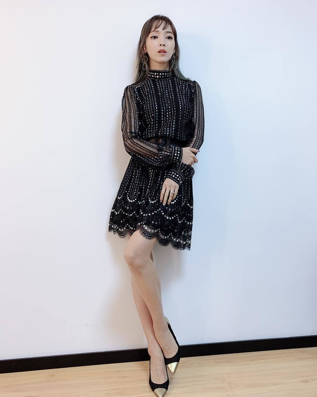 侯佩岑穿MMK黑銀紗線蕾絲洋裝錄製中國節目。圖/MICHAEL KORS提供