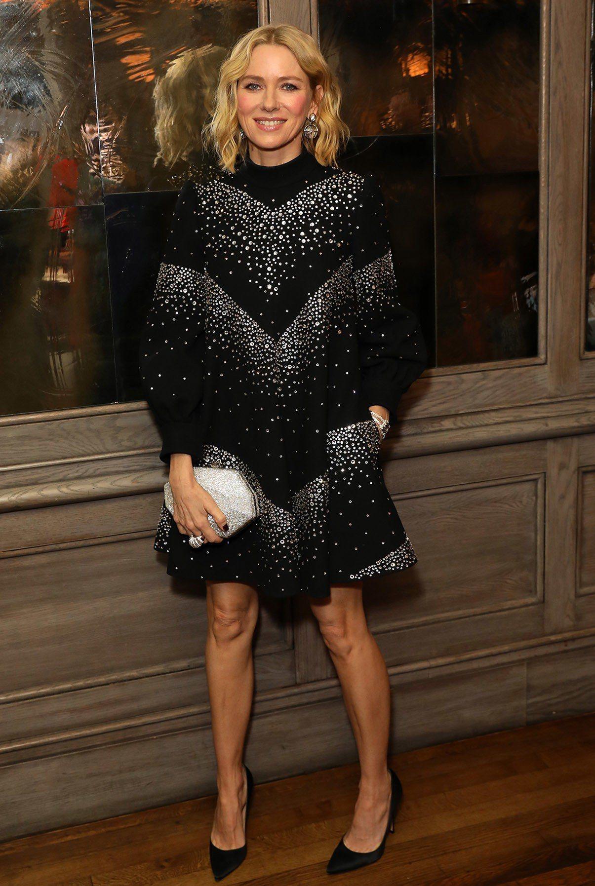 娜歐蜜華茲穿著CELINE 2019春夏系列黑色水晶洋裝。圖/CELINE BY...