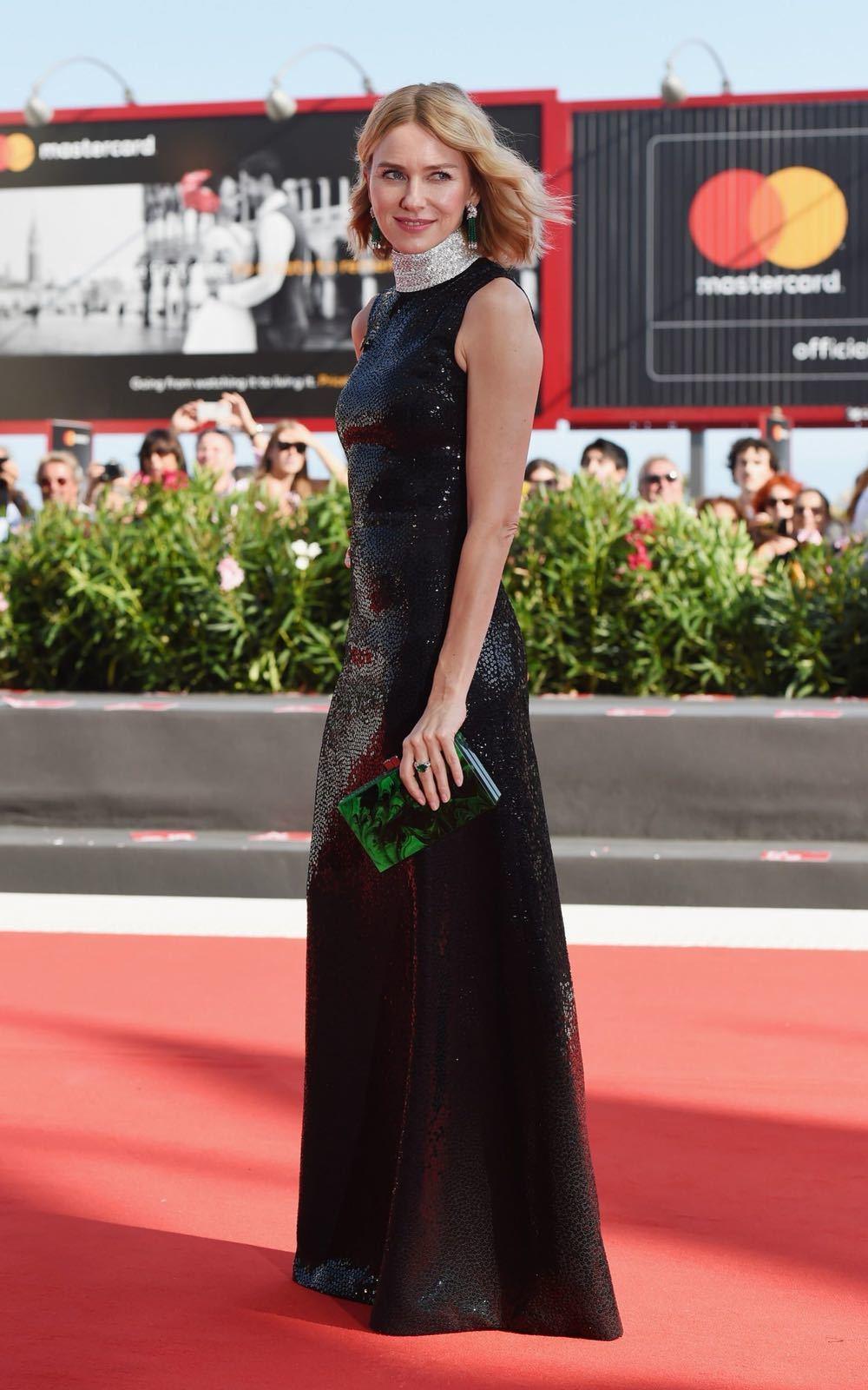 娜歐蜜華茲演繹MICHAEL KORS Collection系列訂製款黑色長禮服...