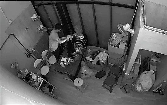 謝姓男子帶著口罩、手套行竊娃娃機店家,竊走8萬元。記者劉星君/翻攝
