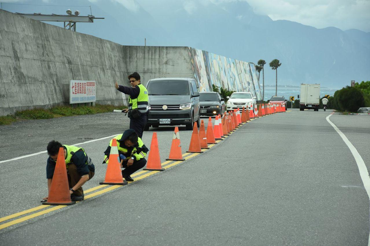 迎接元旦人潮,花蓮新城警分局在七星潭風景區周邊釘設交通錐,做好準備。圖/新城警分...