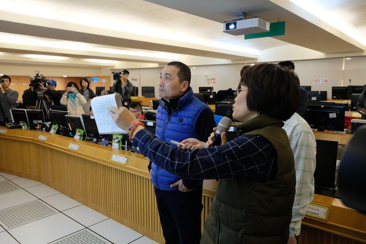 新北市長侯友宜今天一早到市府視察交通監控與管理中心。記者張曼蘋/攝影