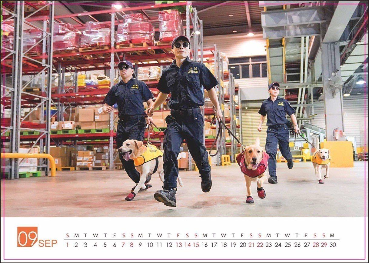 新年月曆桌曆不少,這本緝毒犬月曆由於每年印製有限,成為愛狗人士一本難求的珍品。記...
