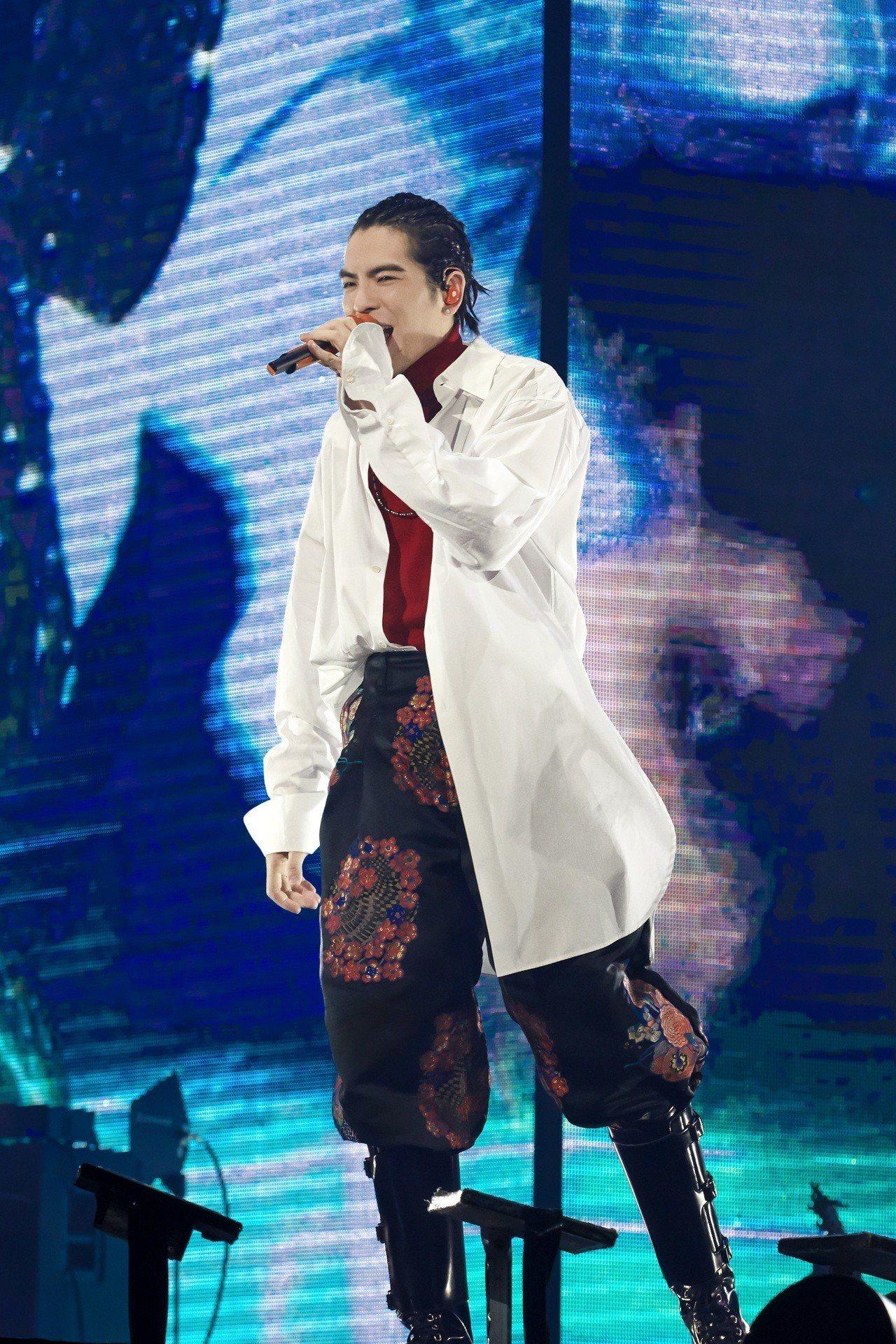 蕭敬騰穿著LOEWE的Mackintosh系列服裝,擔當徐佳瑩演唱會嘉賓。圖/L...