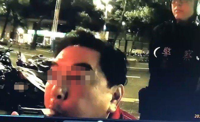 補教名師高國華酒駕被逮捕,警方執行酒測。記者李承穎/翻攝