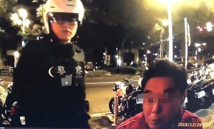 警方攔查高國華。記者李承穎/翻攝