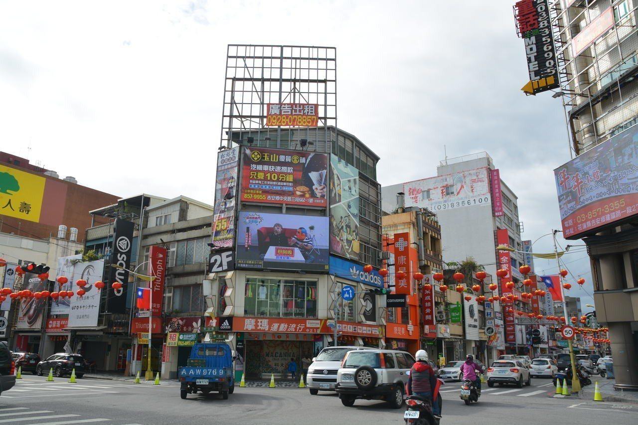 花蓮市中山路與中正路口的「摩瑪運動流行館」仍以每坪138萬元,蟬連花蓮地王寶座。...