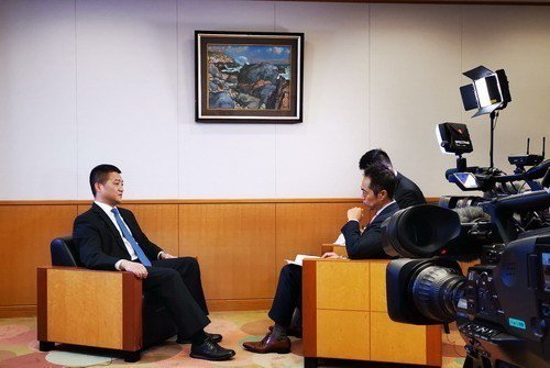 大陸外交部發言人、新聞司司長陸慷接受NHK專訪。圖/取自大陸外交部網站