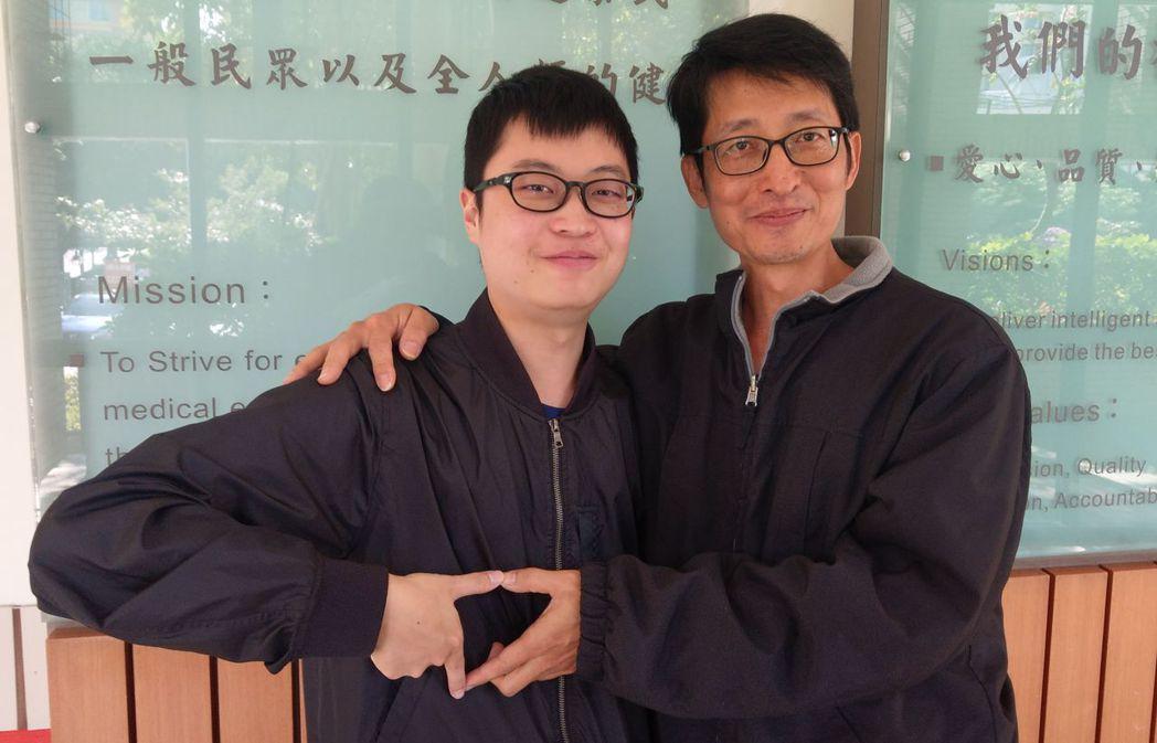 王哲煜(右)捐出60%肝,救了兒子王源隆(左)一命。記者趙容萱/攝影