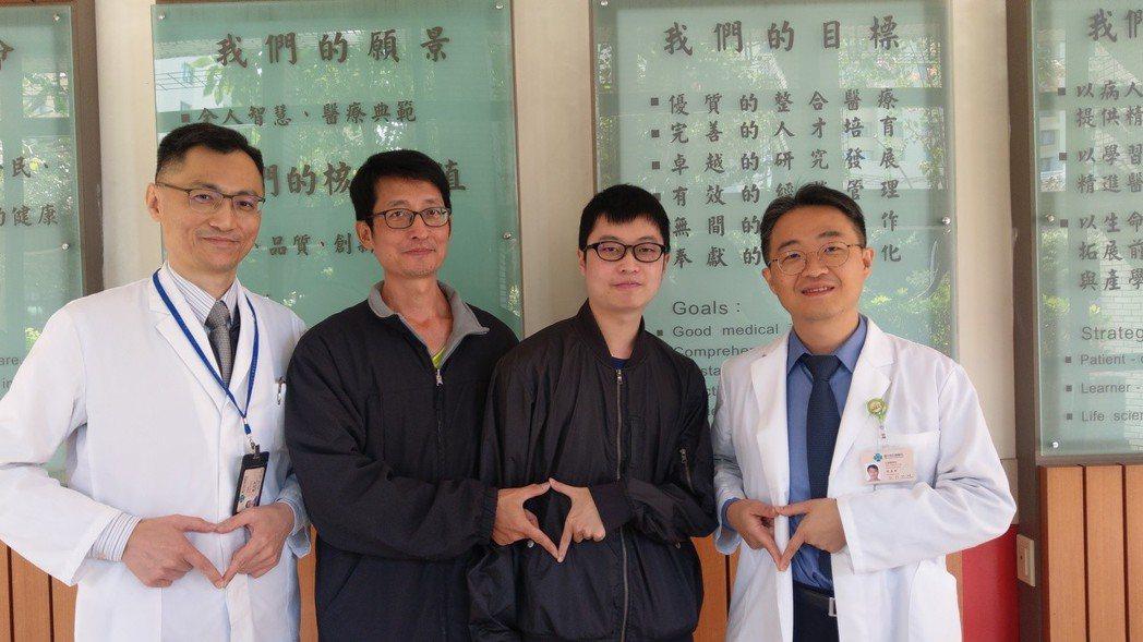 王哲煜(左二)捐出60%肝,救了兒子王源隆(右二)一命。記者趙容萱/攝影