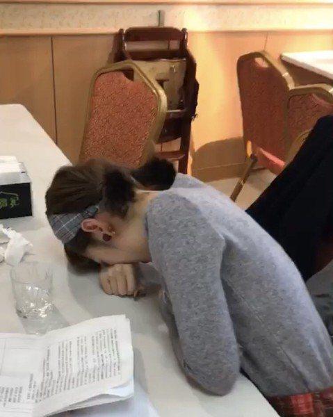 阿諾搭檔雪寶主持高點美食節目「台灣百味」,首次遇到職災,因呼吸引發肋骨肌肉劇烈抽筋,糗的是抽筋竟源於她自告奮勇,向雪寶示範正確腹式呼吸法,她抽筋後趴倒在錄影現場桌上,被搭檔和經紀人笑個半死。雪寶在錄...