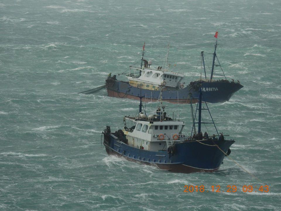 澎湖南方四島國家公園警察隊上午發現有2艘大陸拖網漁船在東、西吉海域,來回從事滾輪...