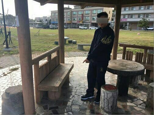 31歲姜姓男子涉嫌擔任詐騙集團車手,昨天在苗栗縣後龍鎮提款時被警方查獲。圖/記者...