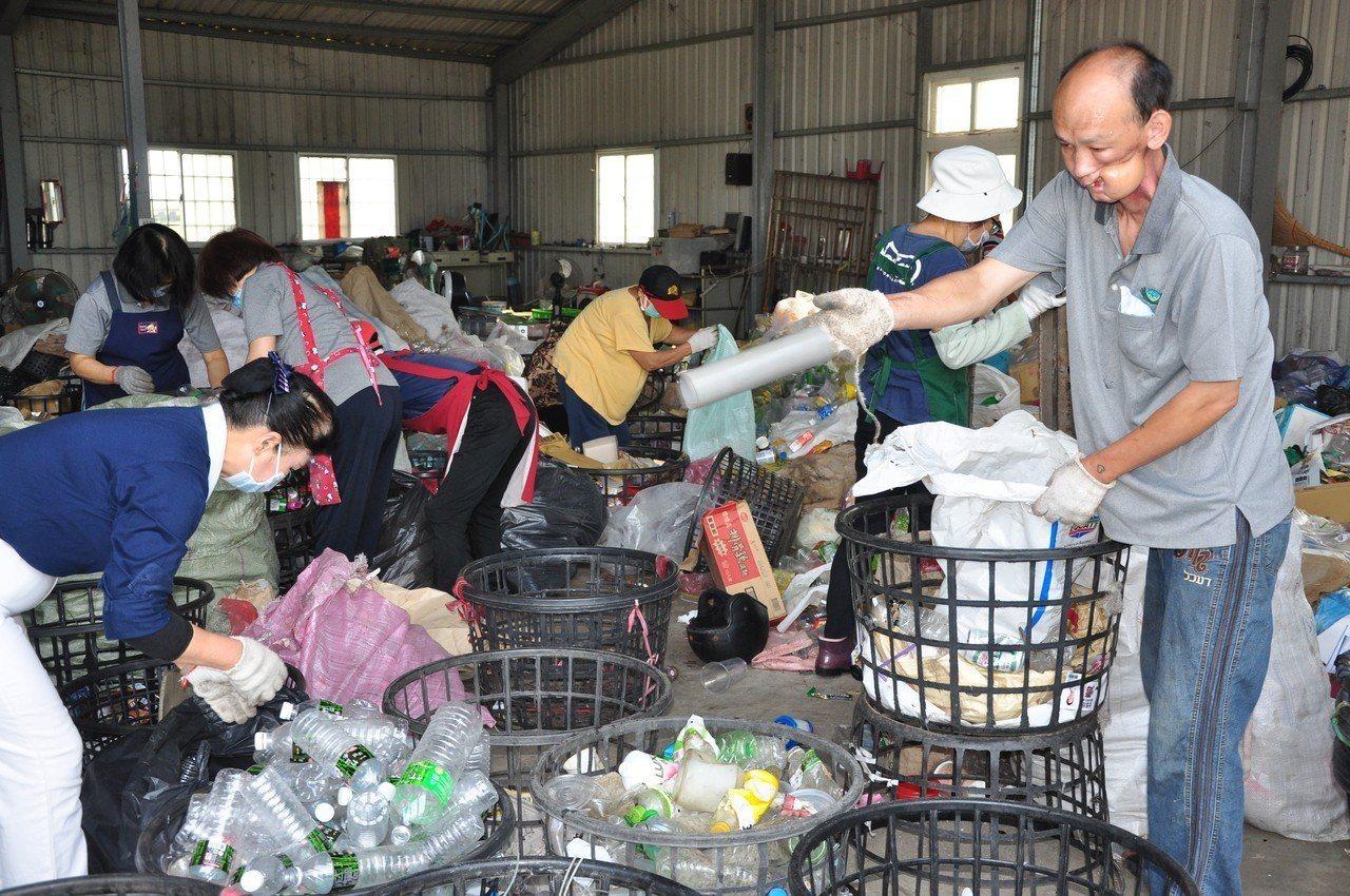 周清華(右1)有時間就到環保站當志工,回饋社會。照片/慈濟基金會提供