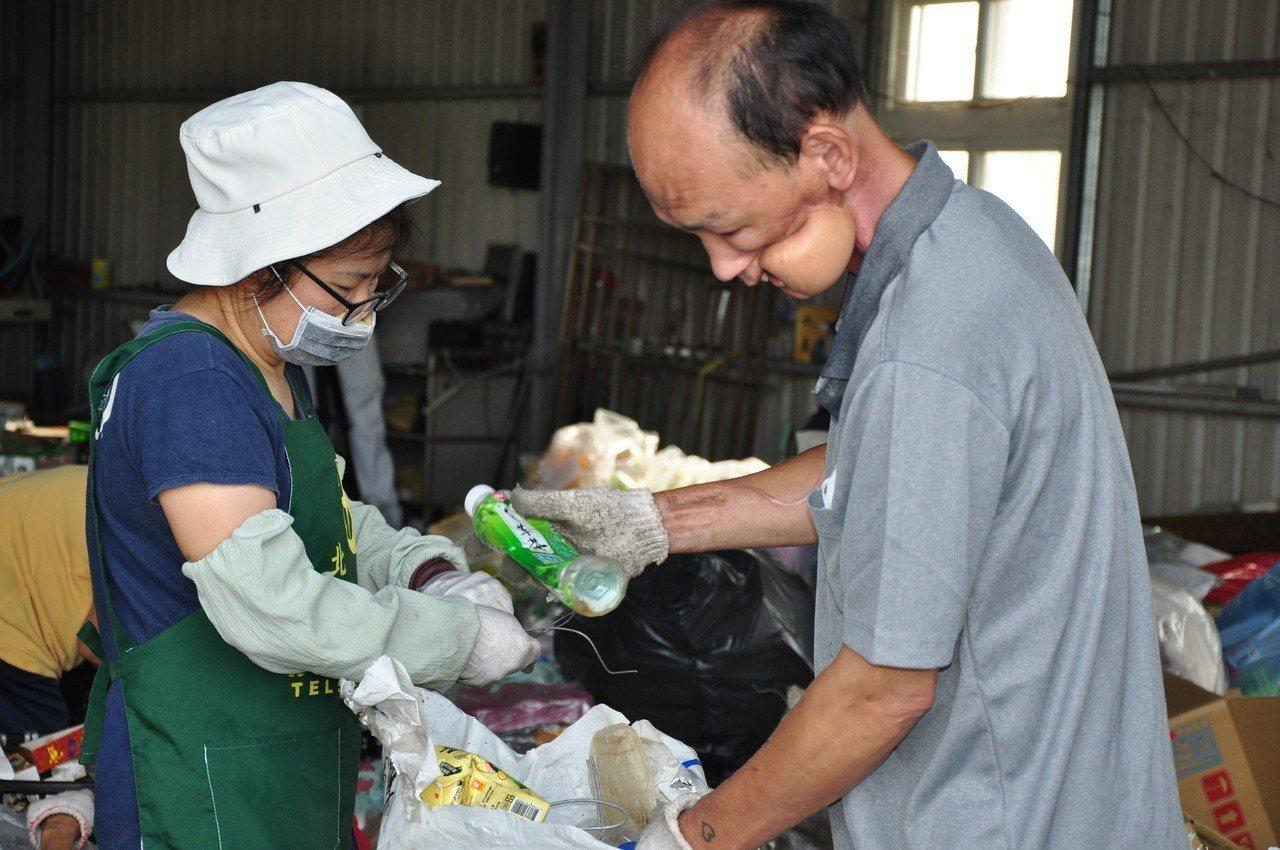 周清華(右)有時間就到環保站當志工,回饋社會。照片/慈濟基金會提供