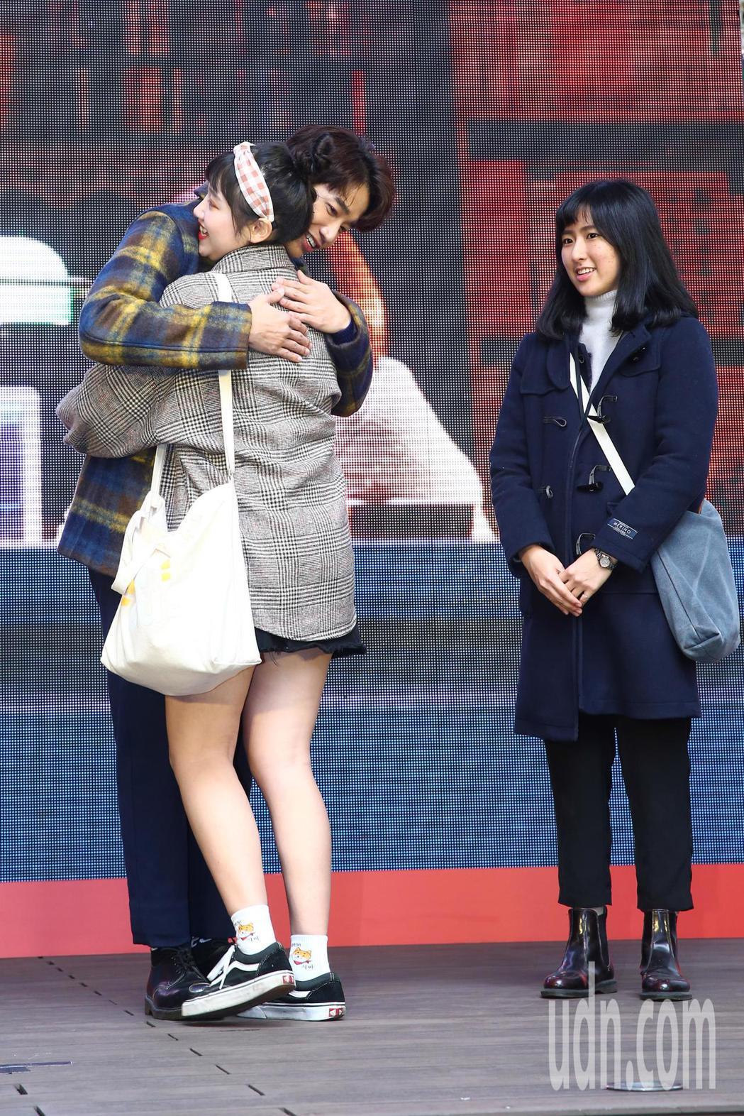 劉以豪(左一)下午出席《比悲傷更悲傷的故事》台灣電影票房冠軍記者會,並兌現承諾與...