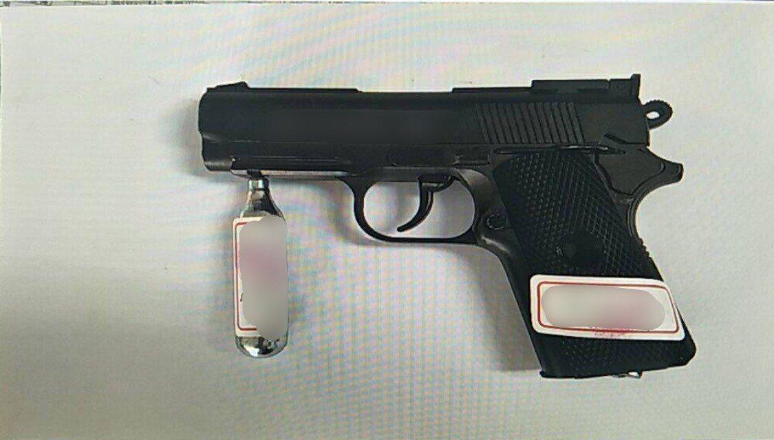 警方查扣吳姓男子犯案用的瓦斯槍,事後在包廂現場找到擊發的兩個鋼珠彈。記者劉星君/...