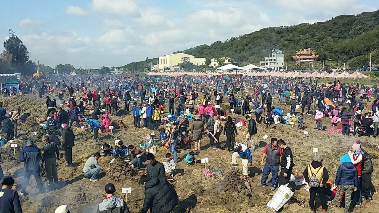 今天天氣雖冷,民眾帶著一家大小到場參加焢窯活動。記者郭宣彣/攝影