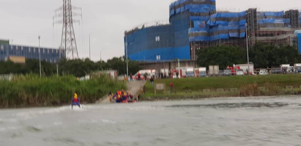 新北市消防局今天下午3時許獲報,板橋區連接台北市的光復橋上有人跳水,出動船艇救起...