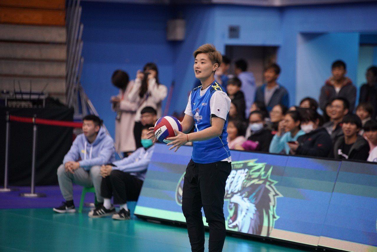教練鄧衍敏也下場同樂。圖/中華排球協會提供