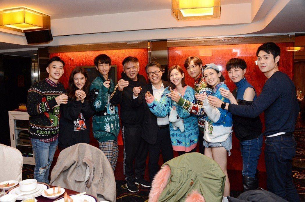 「我們不能是朋友」殺青宴,陳慕(左起)、夏若妍、劉以豪、導演馮凱、八大總經理王克