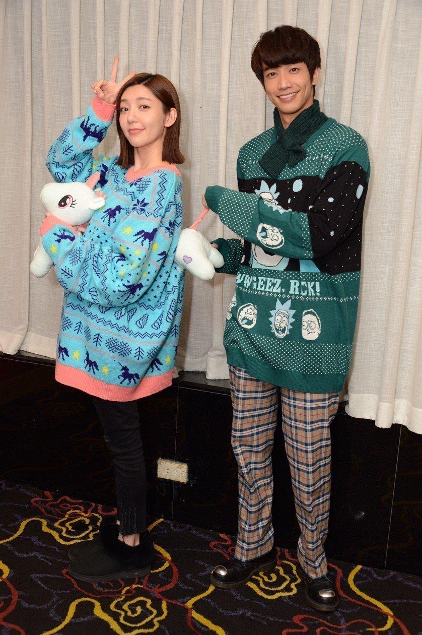 郭雪芙(左)、劉以豪穿耶誕裝出席「我們不能是朋友」殺青宴。圖/八大提供