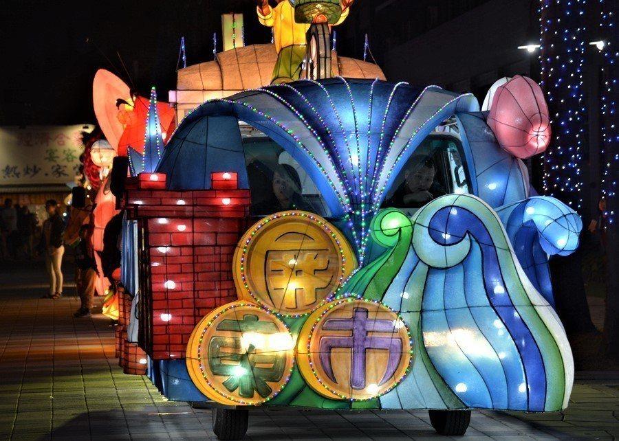 屏東縣33鄉鎮市公所製作花燈車,今天下午在縣府廣場集結亮相,縣長潘孟安帶同各鄉鎮...