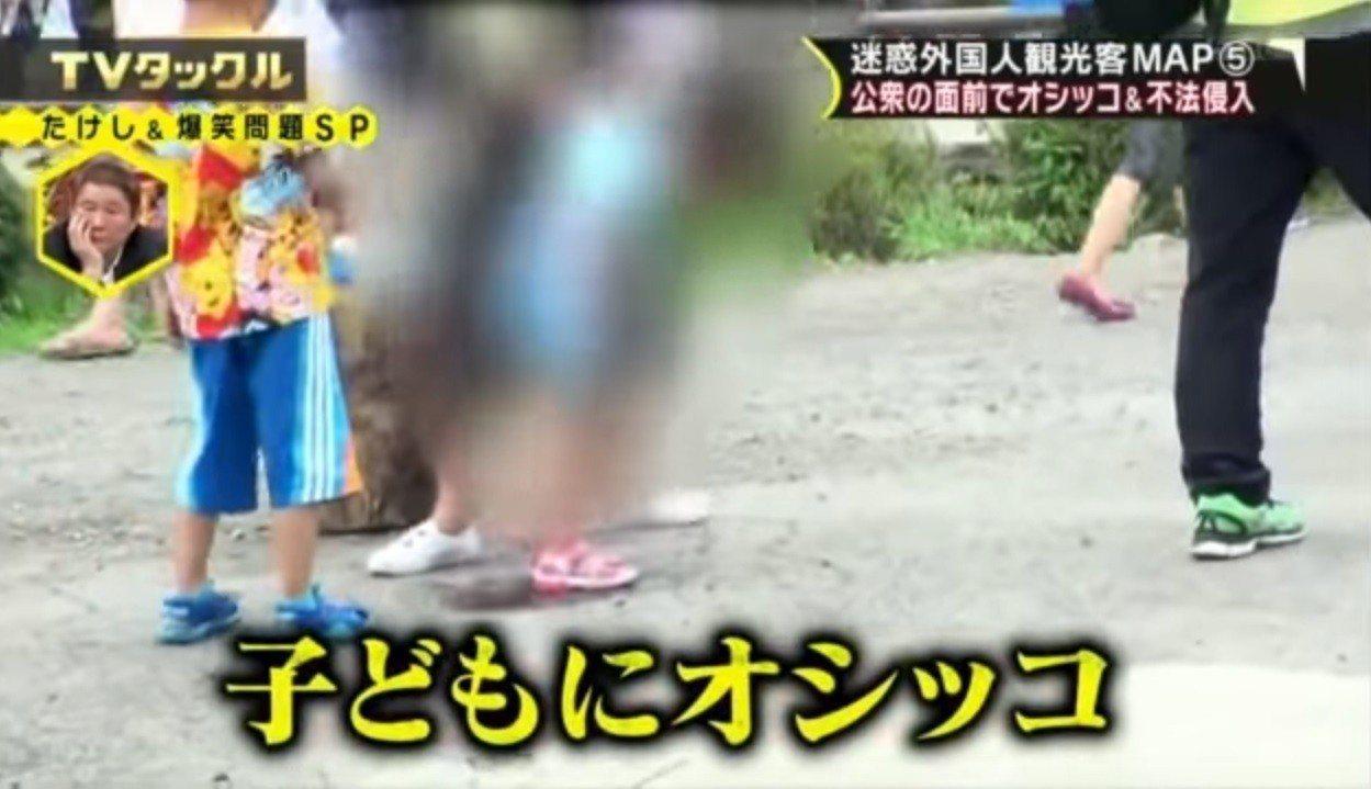 在忍野八海當眾小便的中國女童。(取自YouTube)