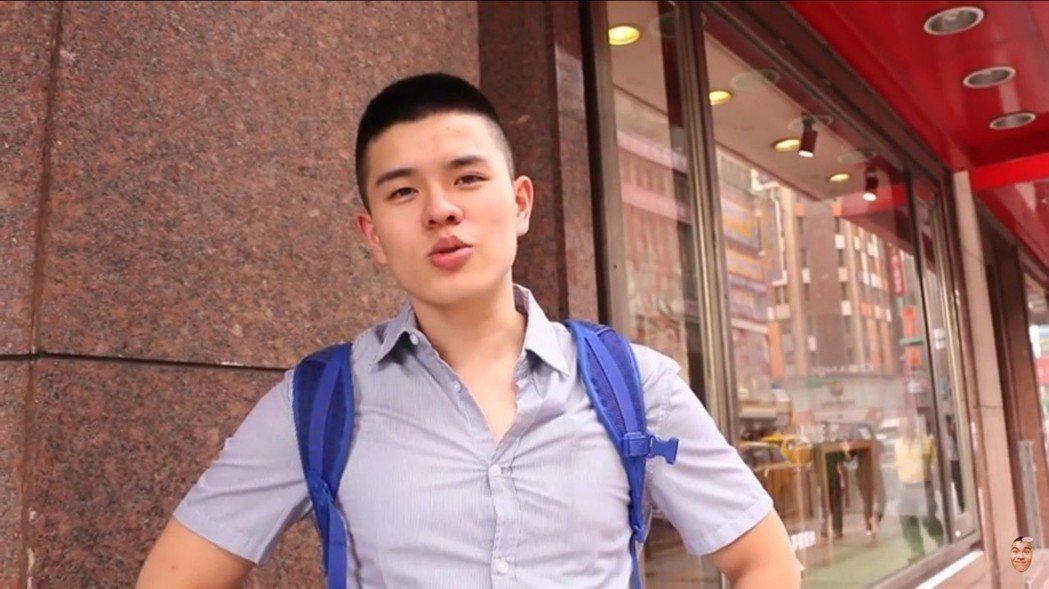 李興文的大兒子李堉睿化身網紅馬克斯M.O.B,曾在街頭拍實驗影片。圖/摘自you