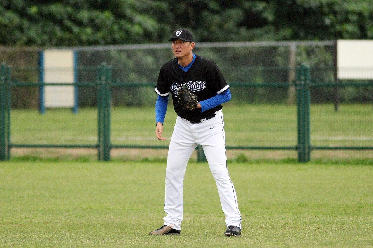 王建民在新聞盃鎮守右外野。圖/台灣棒球記者作家協會提供