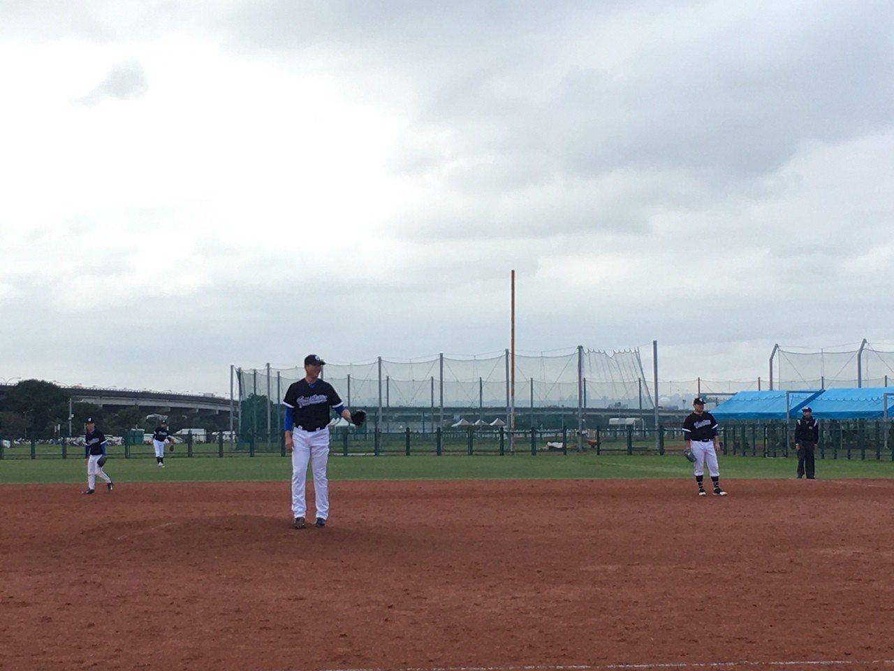 王建民在新聞盃登板,沈鈺傑擔任一壘手。記者葉姵妤/攝影