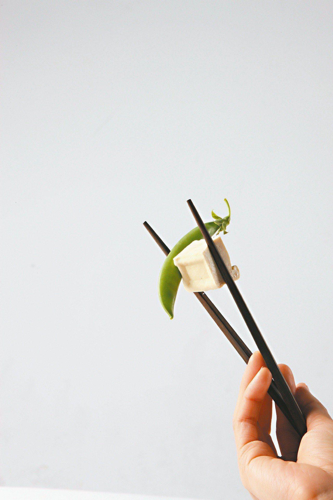 筷子的清洗方式建議用軟式的菜瓜布清洗筷子尖端,再把所有筷子一起搓洗,也建議定期泡...