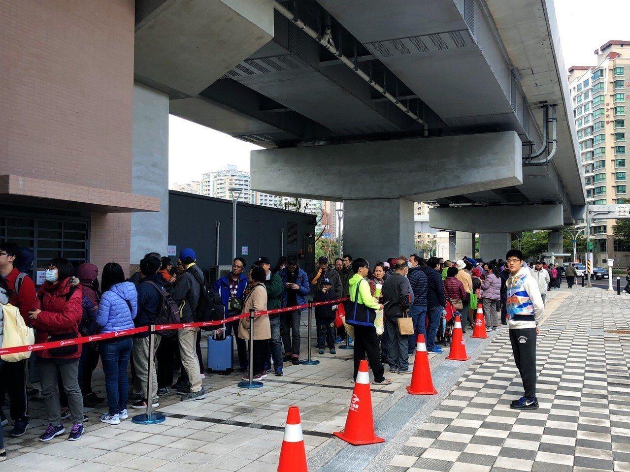連假首日,淡海輕軌排隊人潮從中午11時開始漸漸增加。圖/民眾提供