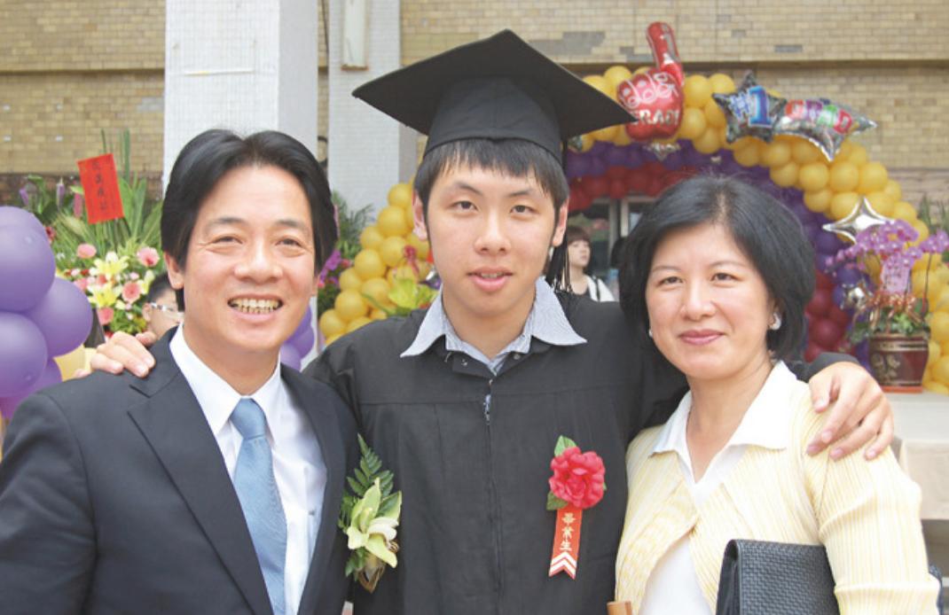 賴清德(左)與妻子吳玫如(右)於2011年出席長子賴廷與(中)在成大的畢業典禮。...