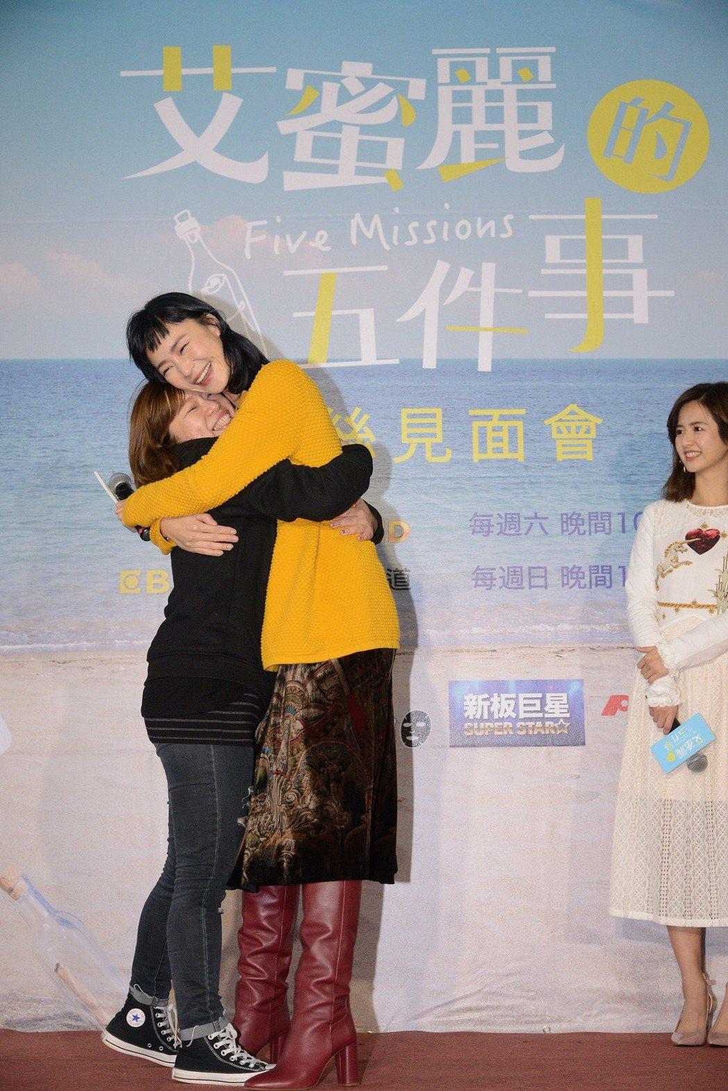 鍾瑶給粉絲愛的抱抱。圖/東森提供