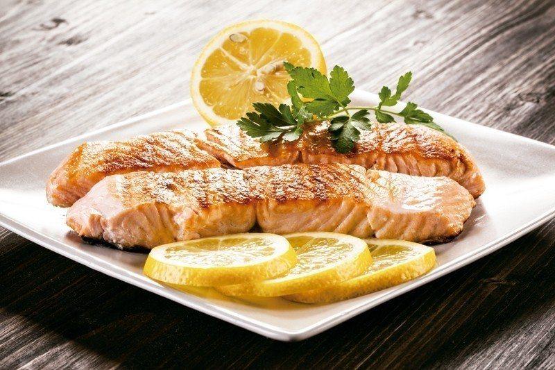 鮭魚含優質脂肪的魚類,其抗發炎功效要歸功於Omega-3脂肪酸,有助降低心臟...