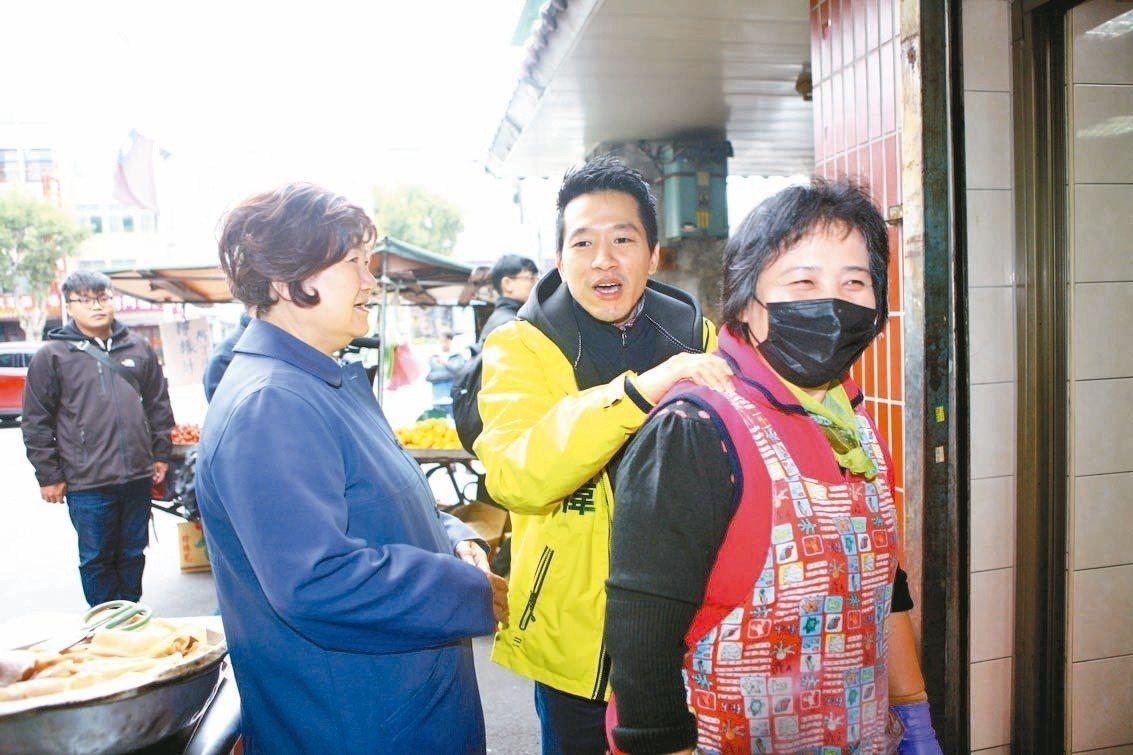 何志偉(右2)昨到大同區保安里拜票,晚上回到士林區社子舉辦大團結之夜音樂會。 記...