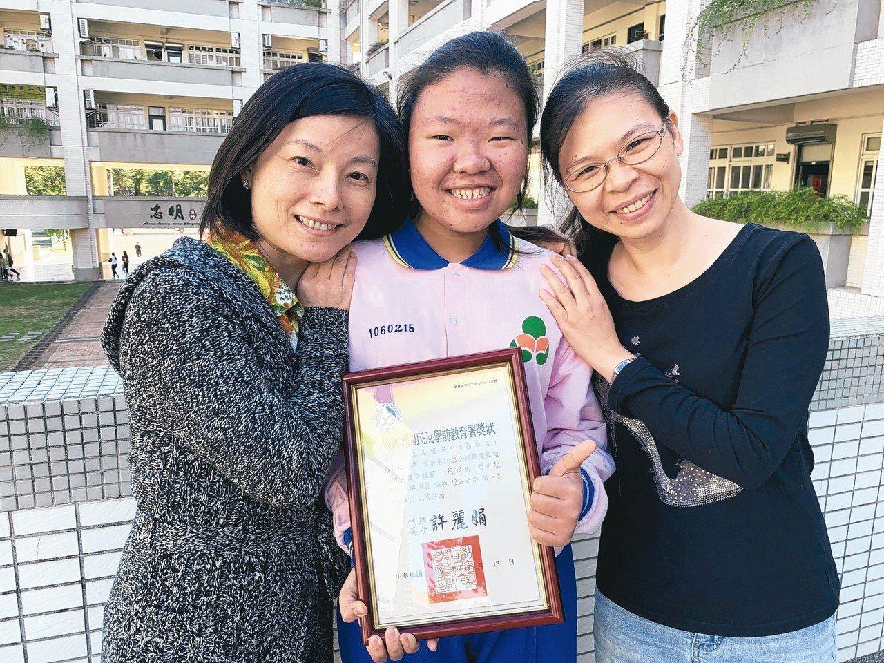 忠明高中國二學生游昱玟(中)聽障,從小裝電子耳學習說話、口語表達,今年參加全國身...