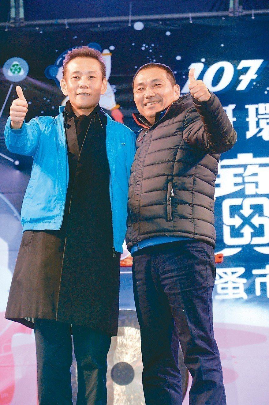 侯友宜(右)選舉期間穿的藍色夾克以3萬8000元拍出,得標人穿在身上。 記者施鴻...