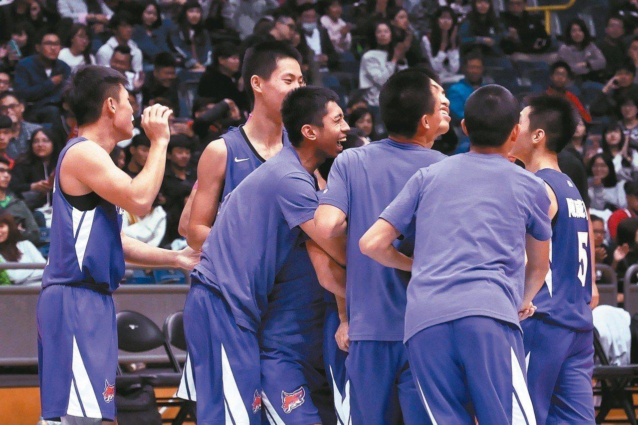 南湖單日兩勝晉級,球員開心在場中慶祝。 記者曾思儒/攝影