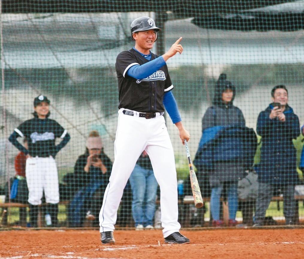 王建民在新聞盃上場打擊。 圖/台灣棒球記者作家協會提供