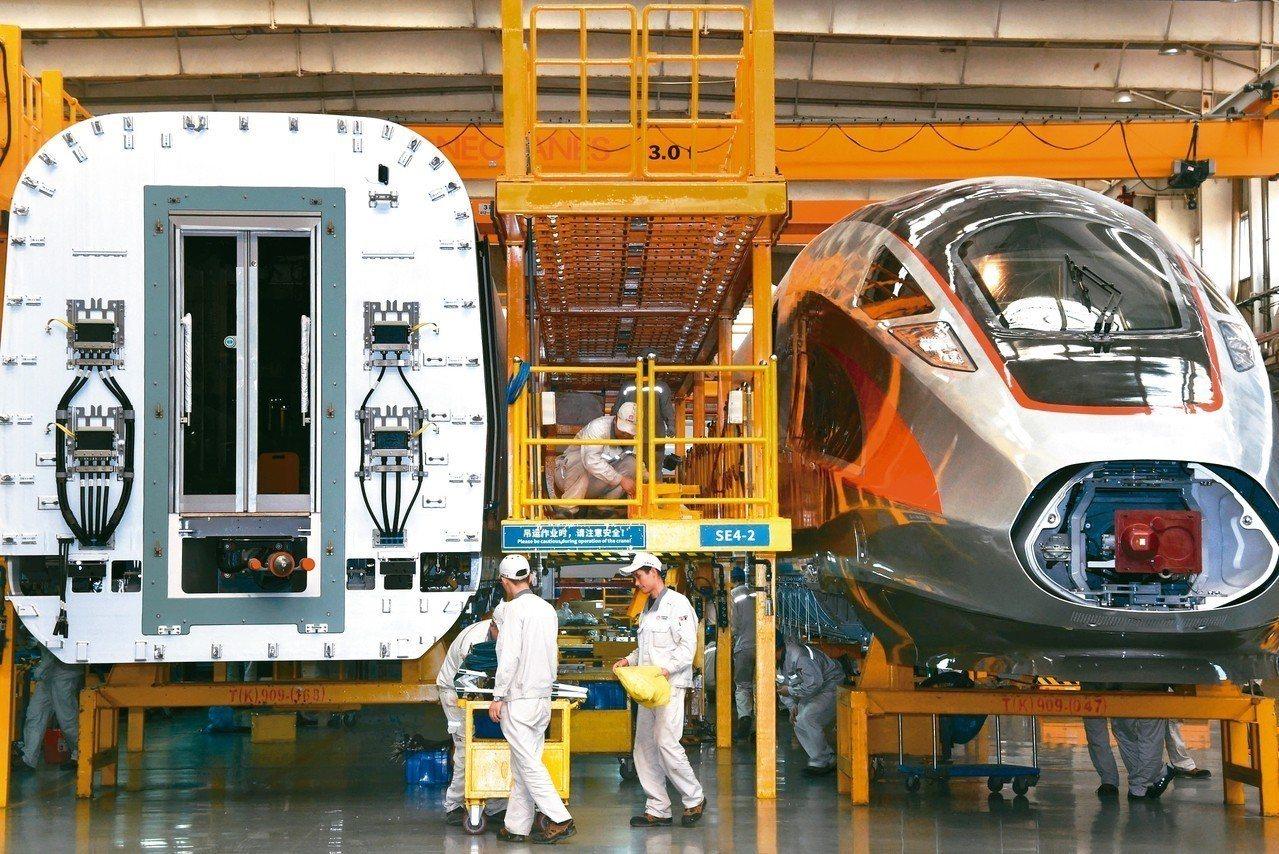 大陸近年在基礎建設事業突飛猛進,圖為高速鐵路新一代「復興號」動車組的生產線上裝配...