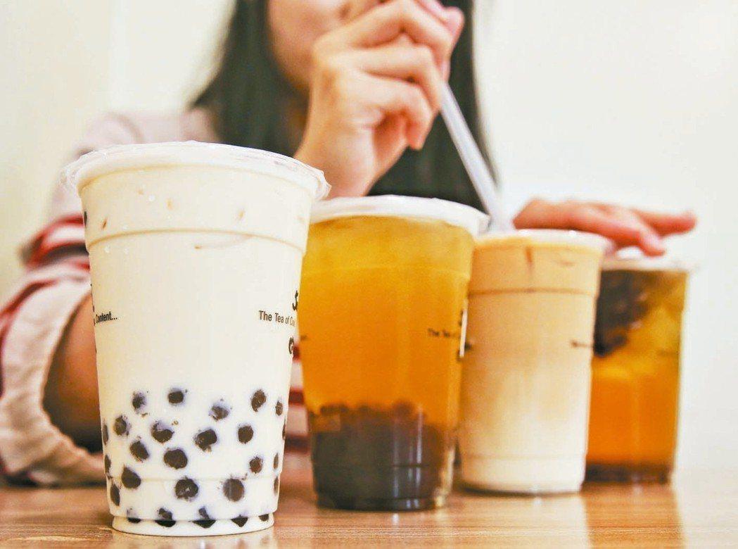 國人愛喝含糖飲料,不少國家已開徵「糖稅」。 記者鄭清元/攝影