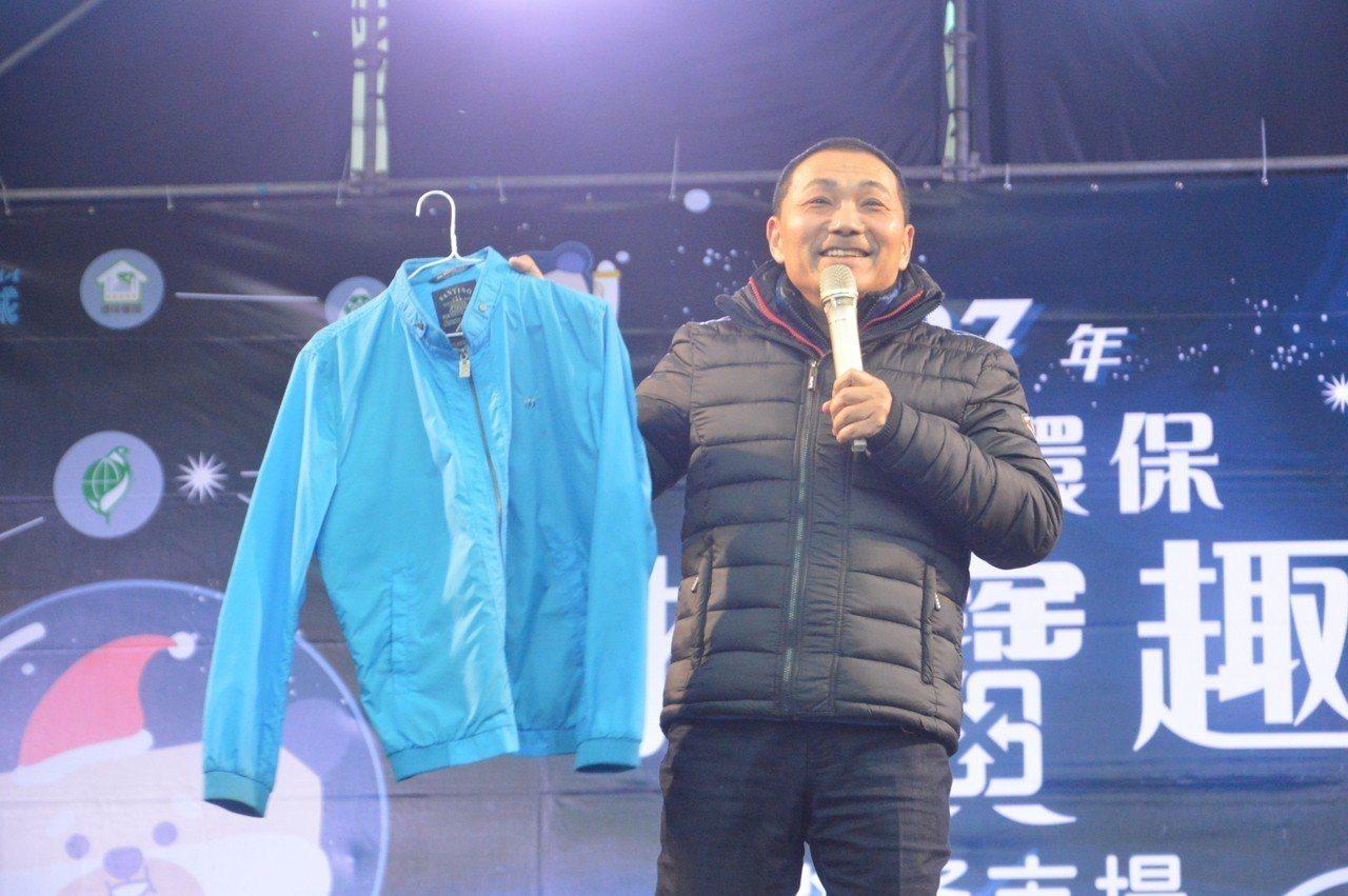侯友宜捐出選舉期間穿的夾克義賣。記者施鴻基/攝影