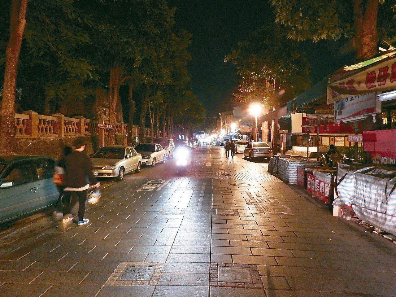 台南安平老街三年前入夜依舊遊人如織,現在很多攤商平日不營業。 記者周宗禎/攝影